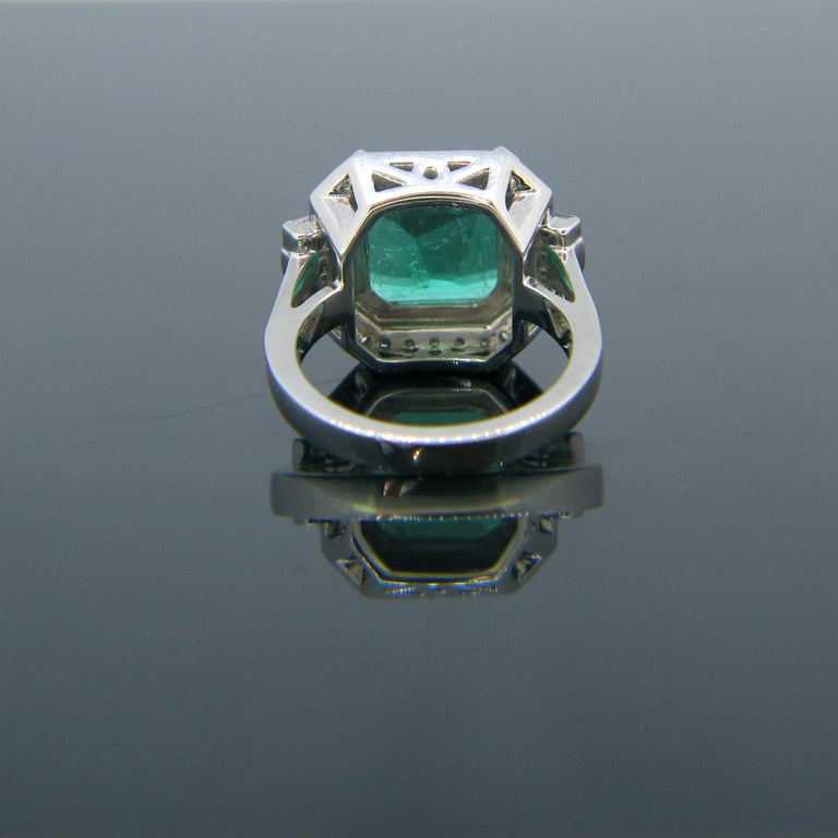Certified 5.11 Carat Colombian Emerald and Diamonds White Gold Ring In New Condition For Sale In London, GB