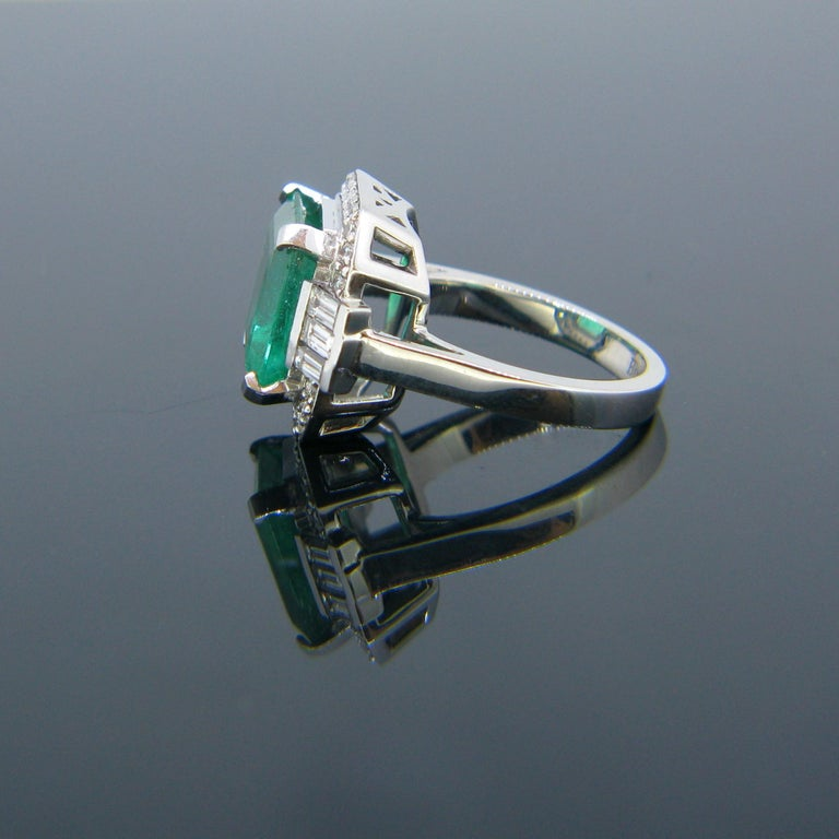 Women's or Men's Certified 5.11 Carat Colombian Emerald and Diamonds White Gold Ring For Sale