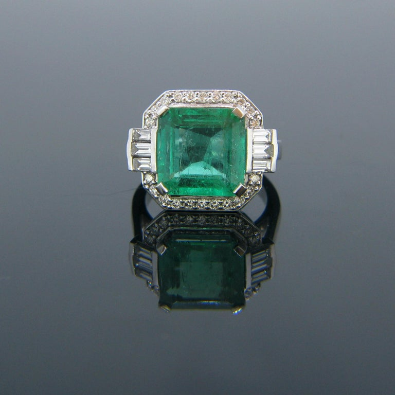 Certified 5.11 Carat Colombian Emerald and Diamonds White Gold Ring For Sale 1