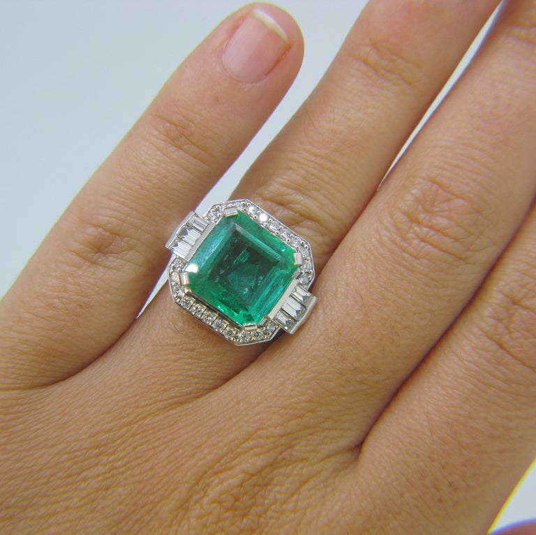 Certified 5.11 Carat Colombian Emerald and Diamonds White Gold Ring For Sale 2