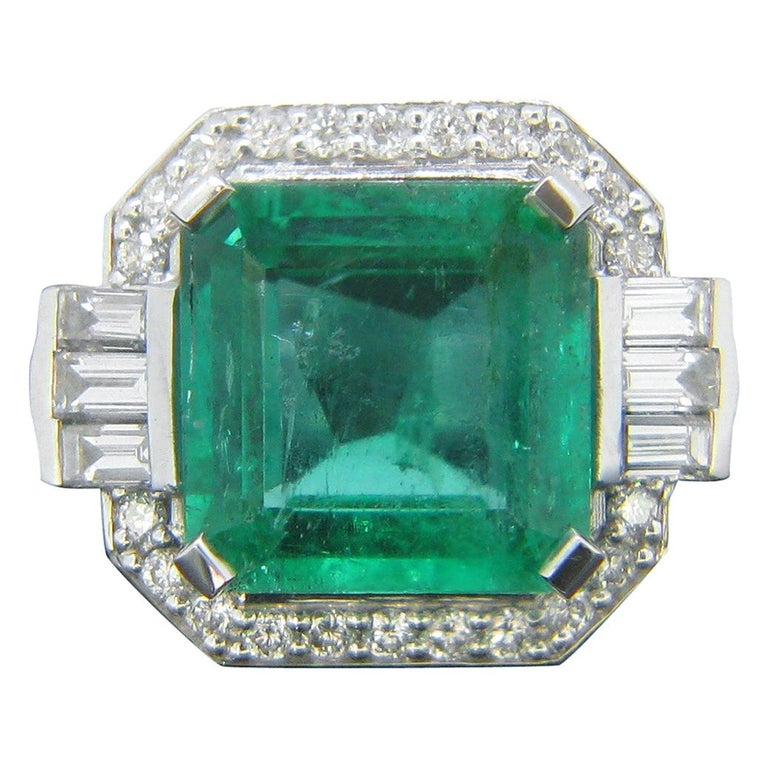 Certified 5.11 Carat Colombian Emerald and Diamonds White Gold Ring For Sale