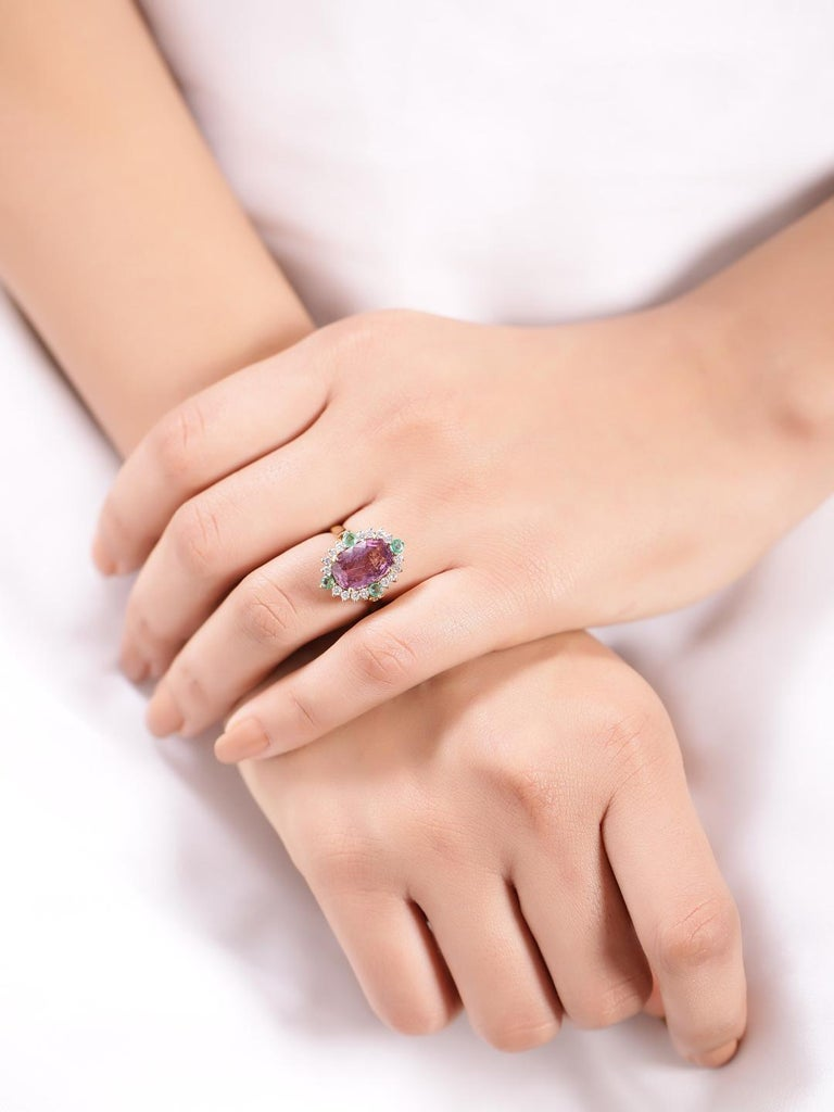 Certified 5.80 Carat Natural Spinel with Diamonds and Emerald in 18 Karat Gold In New Condition For Sale In Jaipur, IN