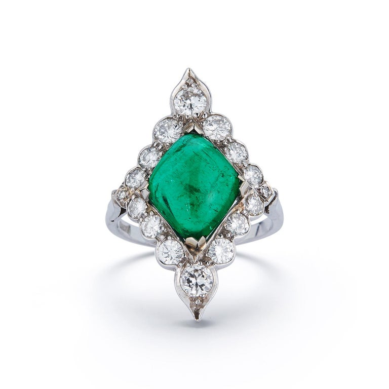 Certified Cabochon Colombian Emerald & Diamond Ring In Excellent Condition For Sale In New York, NY