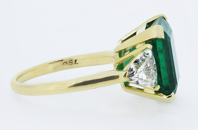 Contemporary Certified Colombian Emerald 7.75ct & Diamonds 3-Stone Ring in 18ct Gold, Vintage For Sale