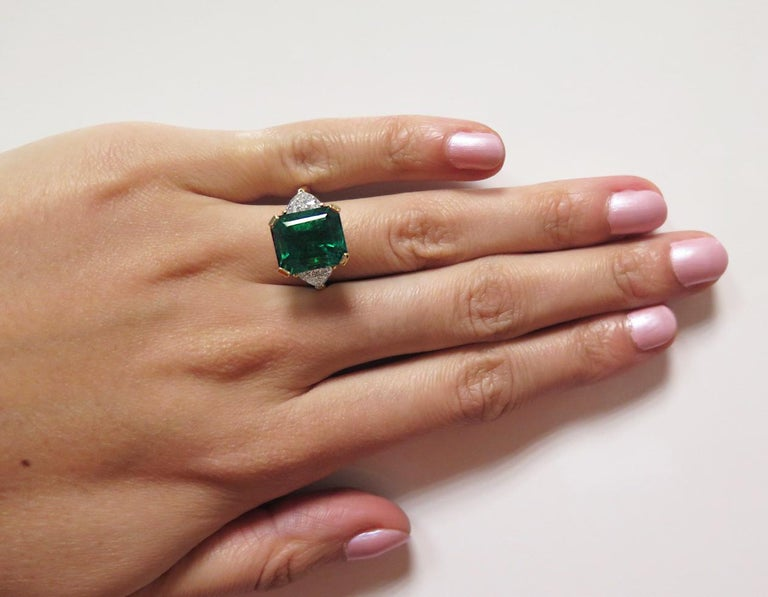 Certified Colombian Emerald 7.75ct & Diamonds 3-Stone Ring in 18ct Gold, Vintage In New Condition For Sale In London, GB