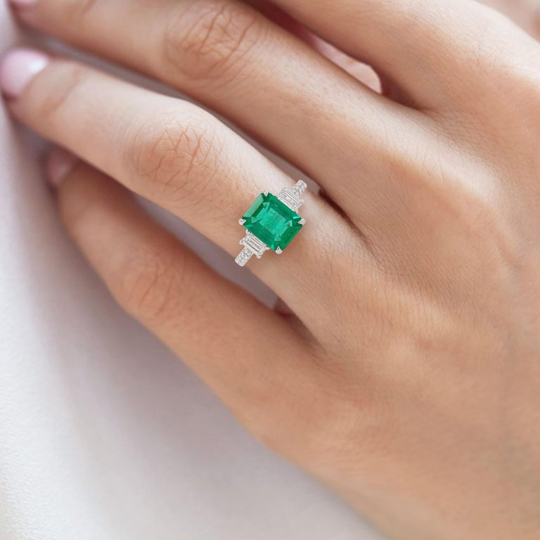 Certified Colombian Emerald and White Diamond in Platinum Three-Stone Ring In New Condition For Sale In Hong Kong, HK