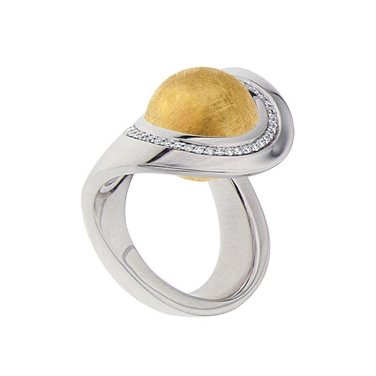 This entirely unique and handmade white golden ring with three Interchangeable gems, created by Katherine Berquin, a noted Belgian goldsmith, jewellery artist and gemmologist, consists of an 18 kt white golden ring, called the