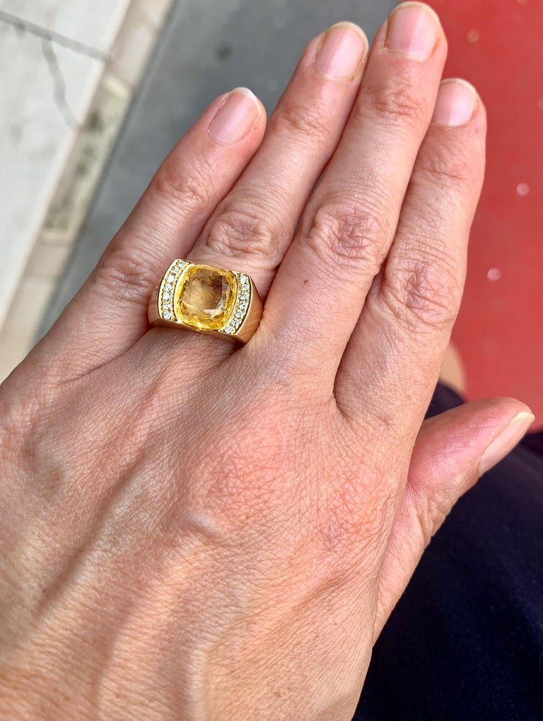 Certified Unheated 4.50 Carat Yellow Sapphire Diamonds 18 Karat Gold Tank Ring In Excellent Condition For Sale In Paris, FR