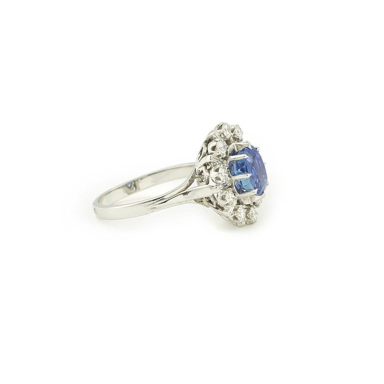 Beautiful Pompadour Ring set with a splendid 1.5 carat ceylan sapphire. The central stone is surrounded by 10 brillant cut with diamonds. 18K White Gold ( with eagle's head hallmark). Ideal engagement ring  Weight of the sapphire : 1.50 carat Total