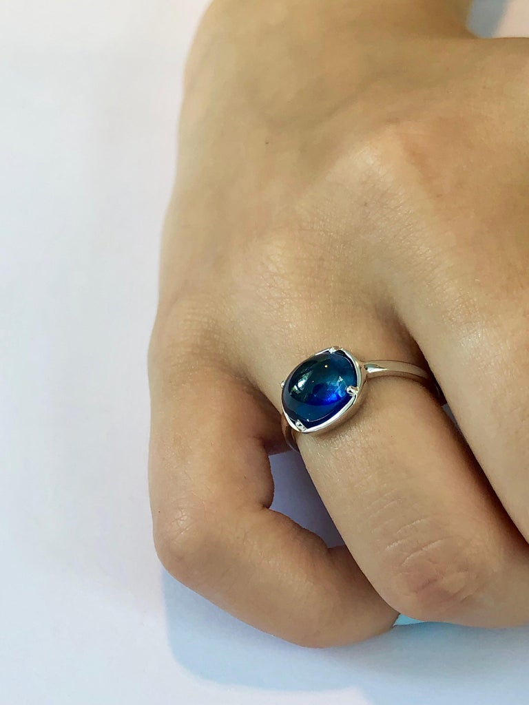 Ceylon Cabochon Sapphire Weighing 4.25 Carat White Gold Cocktail Ring For Sale 2