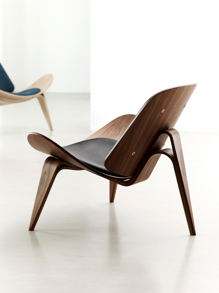 CH07 Shell Chair in Walnut Oil with Leather Seat by Hans J. Wegner For Sale 1