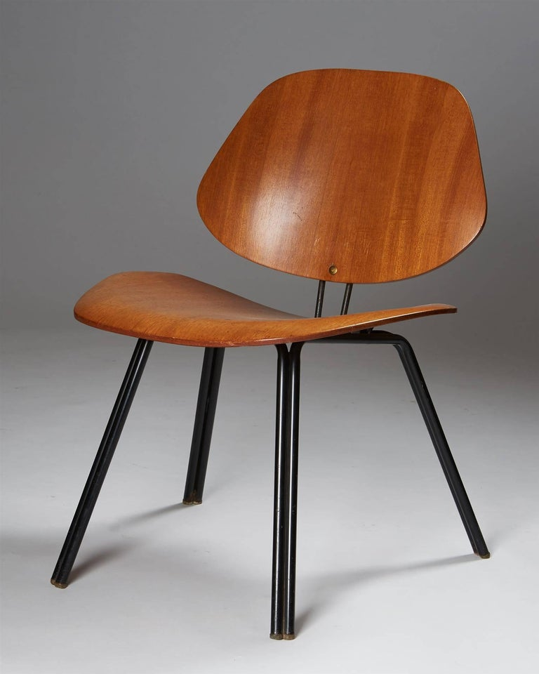 Chair, designed by Osvaldo Borsani for Techno,  Italy, 1950s.  Plywood and lacquered steel.