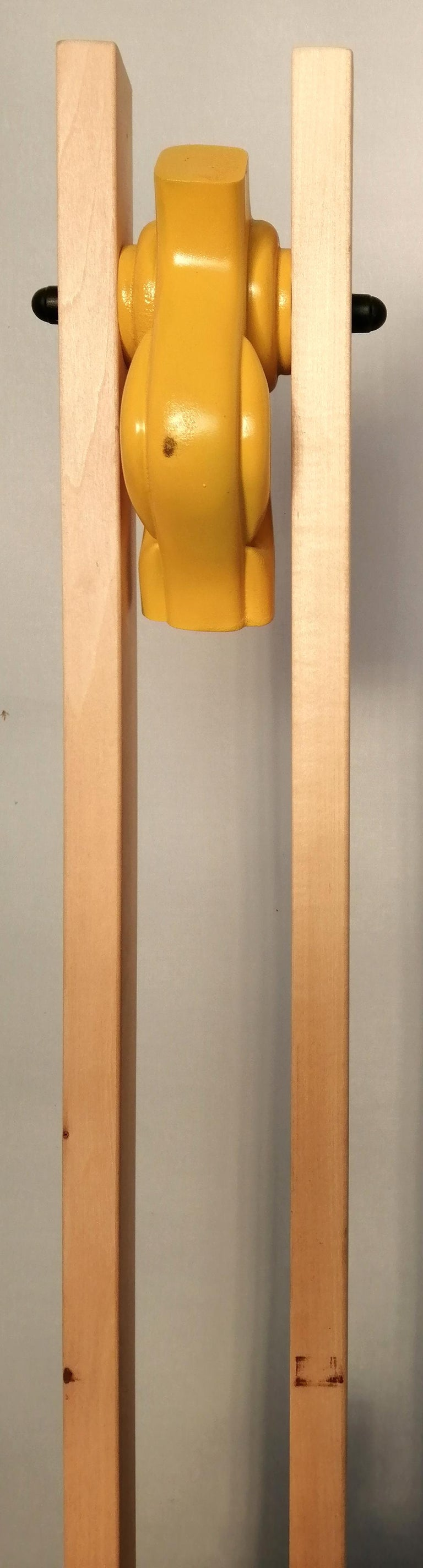 Construction technique: beechwood structure with yellow decoration Color: natural wood.