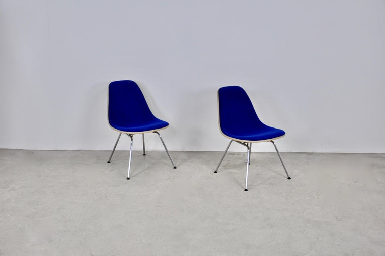 Pair of chairs in blue fabric. structure in fiberglass. foot in chromed metal. Wear due to time and age of the chairs. Measure: Seat height: 41cm.