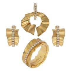 Champagne Diamonds 18 Karat Yellow Gold Pret-a-Porter Suite