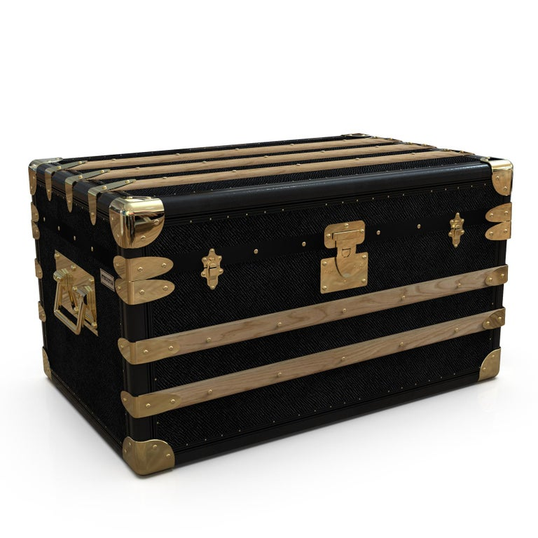 Part of the Ladies & Gentlemen collection, this exquisite trunk brings sophistication to a special outdoor event. Its wooden structure opens up to reveal a generous interior with ten separate compartments for flutes, four bottles of wine, and an ice