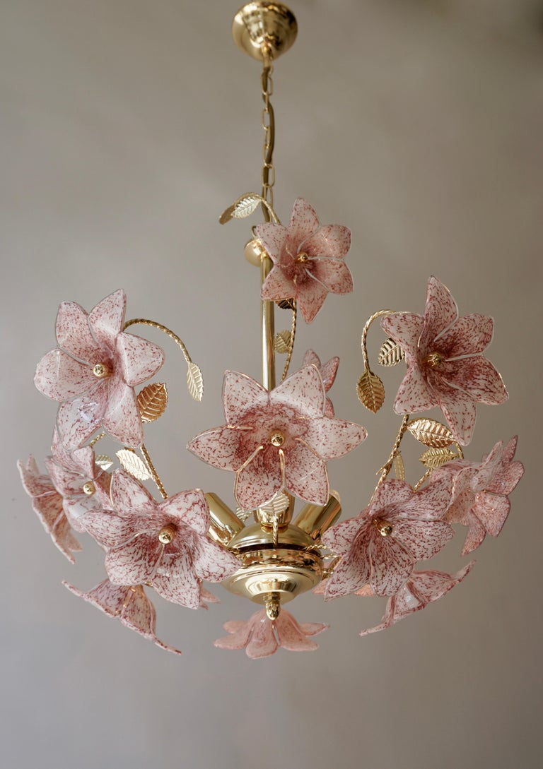 Chandelier in Brass with Pink Murano Glass Flowers In Good Condition For Sale In Antwerp, BE