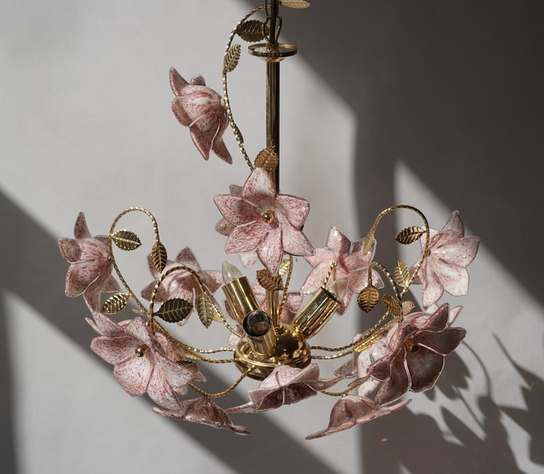 20th Century Chandelier in Brass with Pink Murano Glass Flowers For Sale