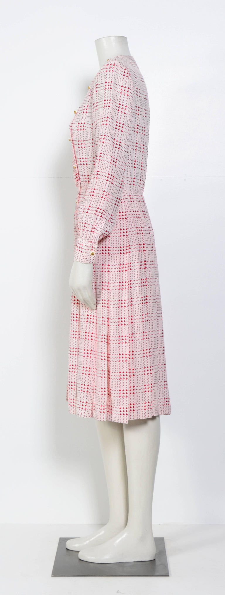 Chanel printed white & pink silk dress with matching scarf In Good Condition For Sale In Antwerp, BE