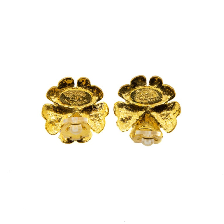 Chanel 1990s Collection 29 Floral Gilt Metal Clip-on Earrings In Good Condition For Sale In London, GB