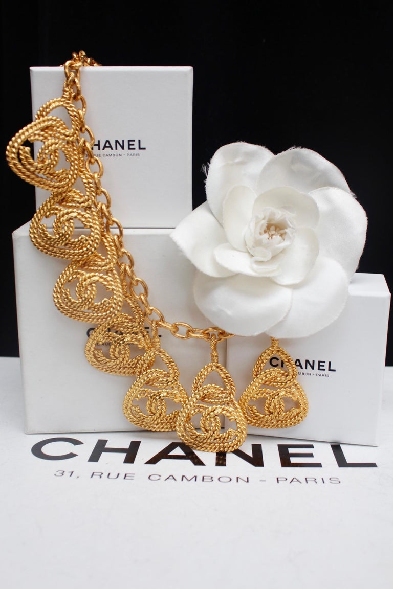 CHANEL (Made in France)  Nice gilted metal chain necklace adorned with openworked CC logo triangle pendants made of twisted gilted metal.  From 2cc8 Collection  - Between 1990 - 1993.  Length : 17.7 in to 20 in    Very good condition