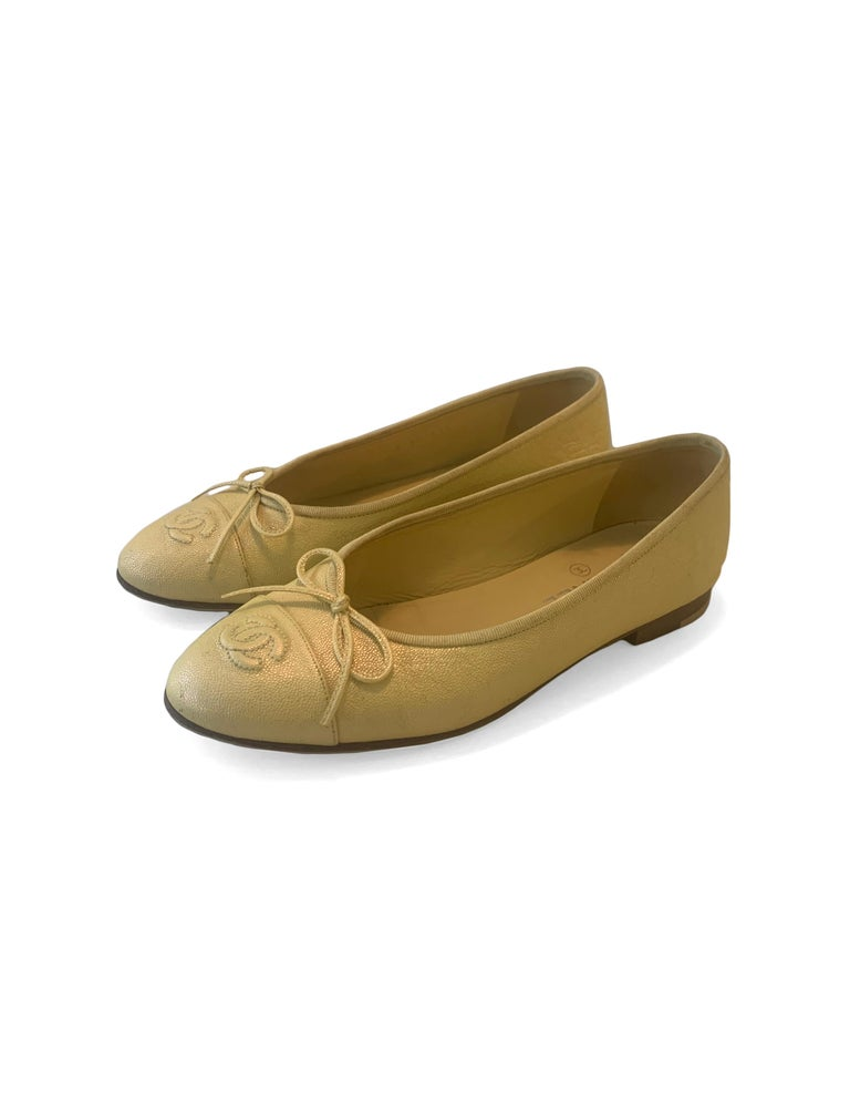 Chanel 2019 Iridescent Yellow Caviar Leather CC Ballet Flats sz 39 In Good Condition For Sale In New York, NY