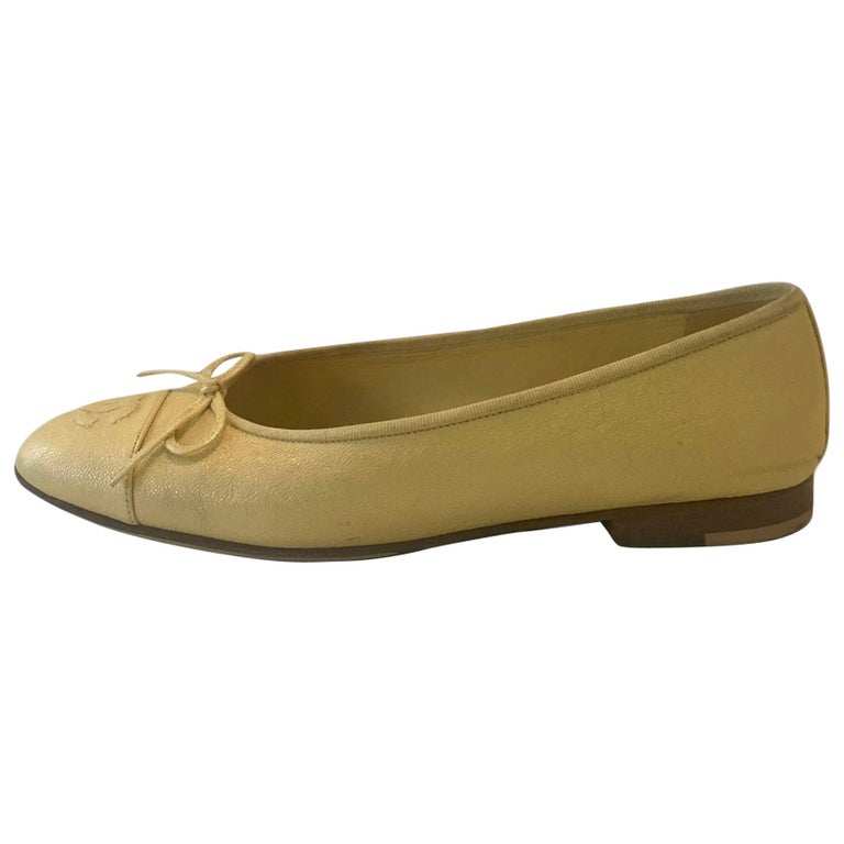 Chanel 2019 Iridescent Yellow Caviar Leather CC Ballet Flats sz 39 For Sale