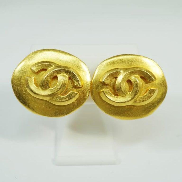An authentic CHANEL 96P round-shaped coco mark GP Womens earrings gold The outside material is GP. This item is Contemporary. The year of manufacture would be 1986. Rank AB signs of wear (Small) Used goods in good condition with signs of wear