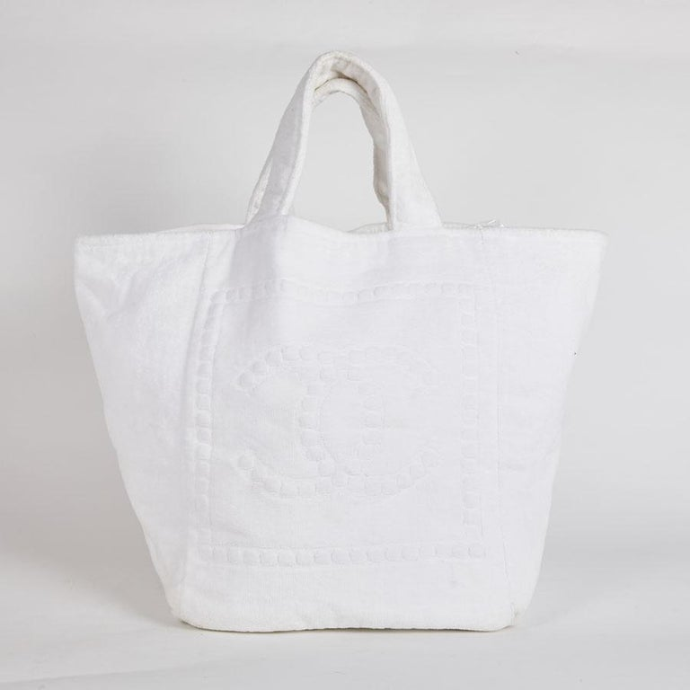 f68a69480186 CHANEL Beach Bag in White Sponge Fabric In Good Condition For Sale In  Paris, FR
