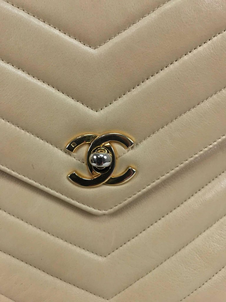 Chanel beige chevron leather cross body camera handbag 1980s In Excellent Condition For Sale In West Palm Beach, FL