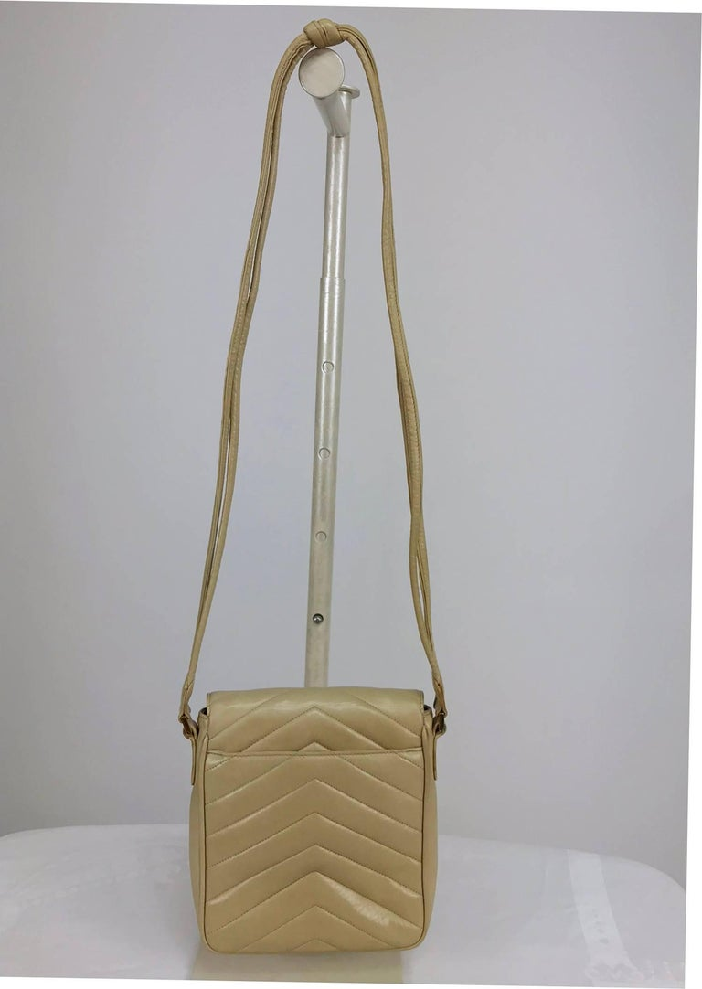 Women's Chanel beige chevron leather cross body camera handbag 1980s For Sale