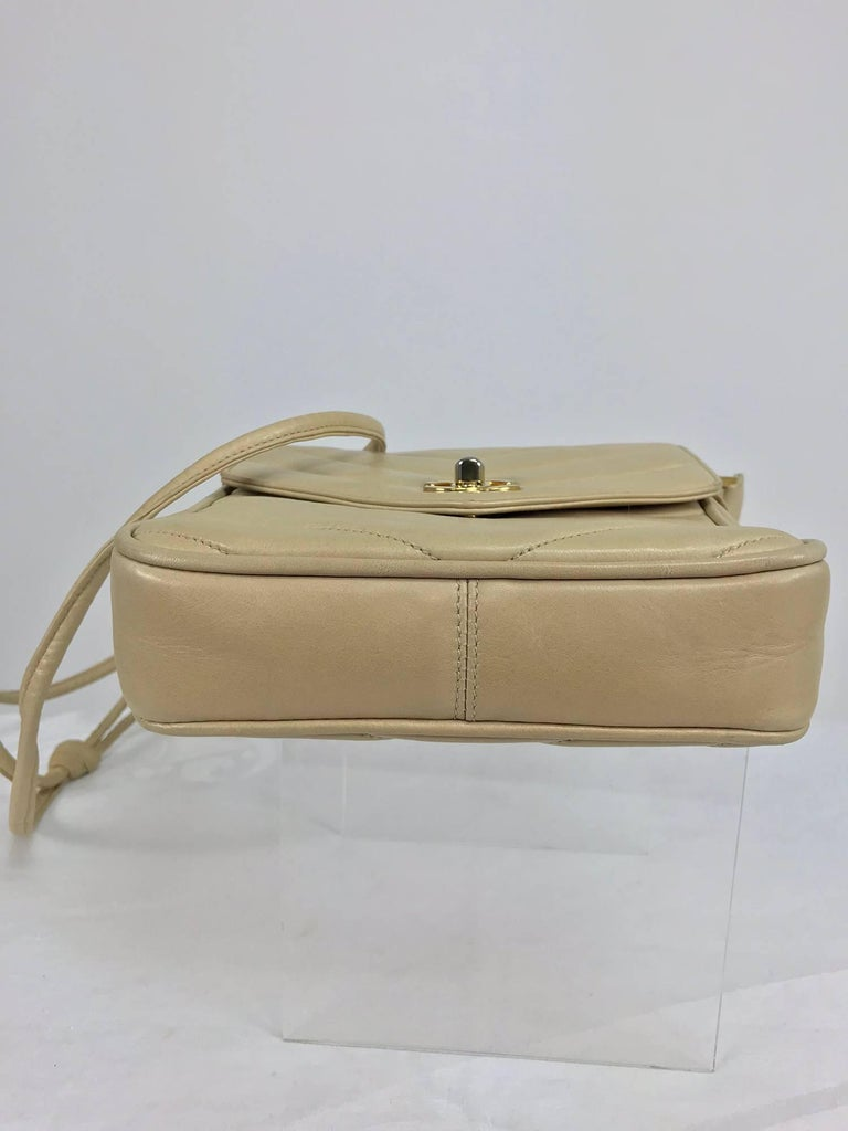 Chanel beige chevron leather cross body camera handbag 1980s For Sale 4