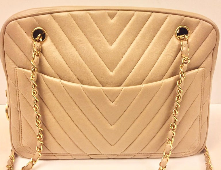 - Vintage Chanel beige chevron shoulder bag.   - Front slip pockets in both sides.   - Interior pocket zip closure and interior slip pocket.   - Measurements: 28cm x 19cm x 9cm. Drop: 51cm.   - Please note that this vintage item is not new, so it