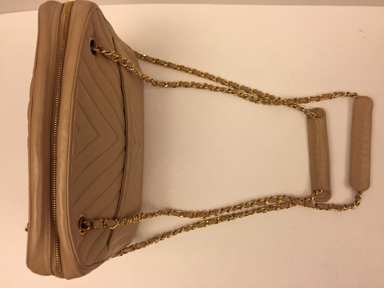 Beige Chanel beige chevron shoulder bag For Sale