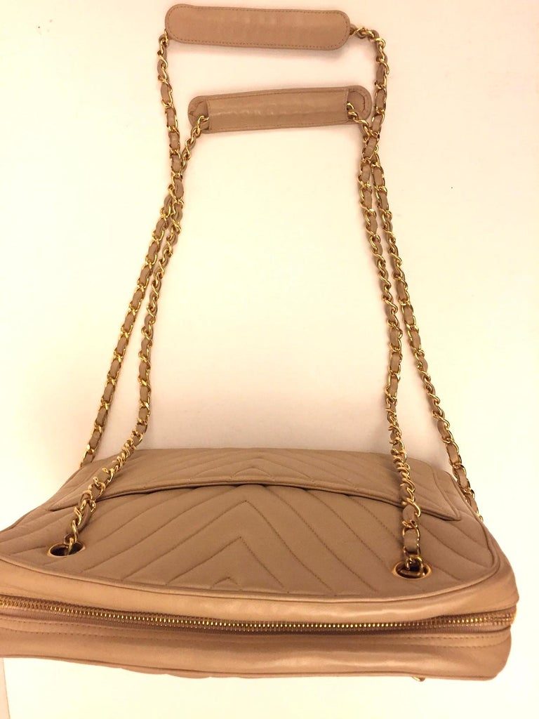 Chanel beige chevron shoulder bag In Excellent Condition For Sale In Sheung Wan, HK