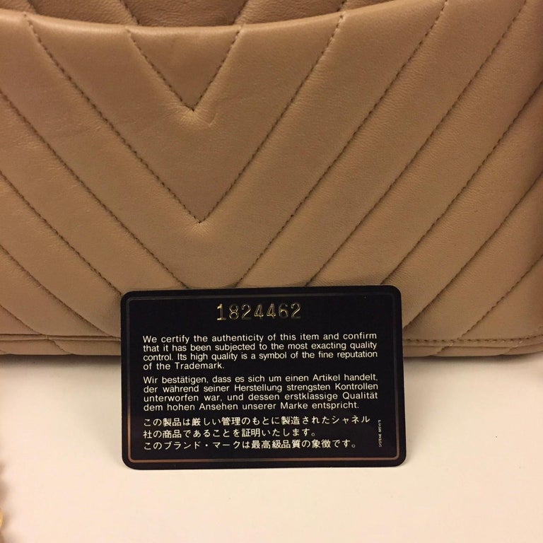 Chanel beige chevron shoulder bag For Sale 2