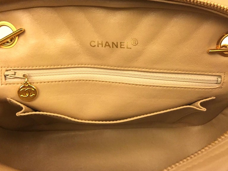 Chanel beige chevron shoulder bag For Sale 3
