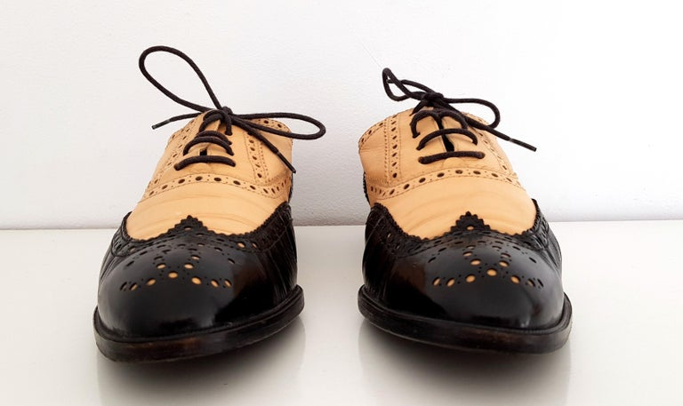 Chanel Bicolor Leather Lace-up Oxford Shoes Colors: Beige and Black Materials: Leather Conditions: Great conditions, worn very few times and with only light signs of use in the interior sole. Like new. Size 40 (EU) Length: 27,5 cm Width: 9 cm Heel