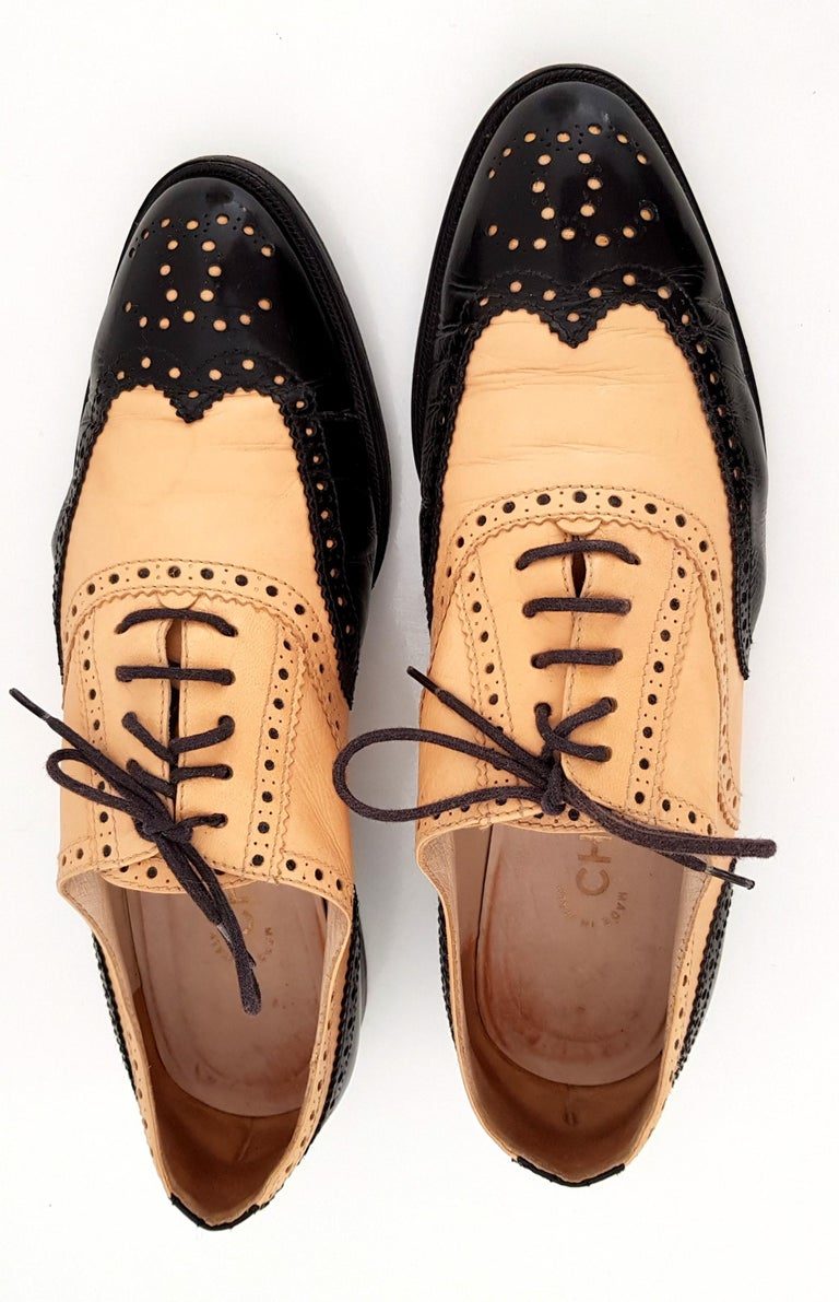 Chanel Bicolor Leather Lace-up Oxford Shoes - Size 40 (EU) In Excellent Condition For Sale In Somo (Santander), ES
