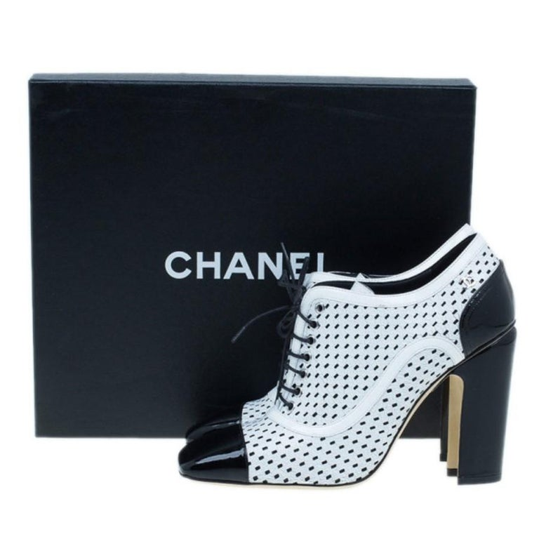 Chanel Black and White Patent Leather Oxford Pumps Size 38 For Sale 6