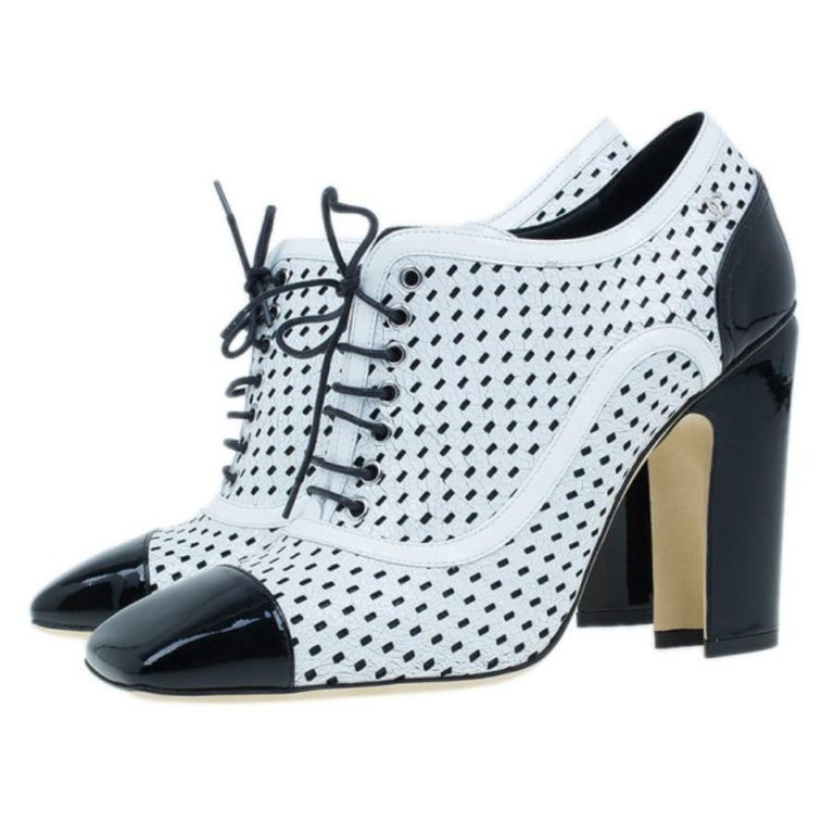 Women's Chanel Black and White Patent Leather Oxford Pumps Size 38 For Sale
