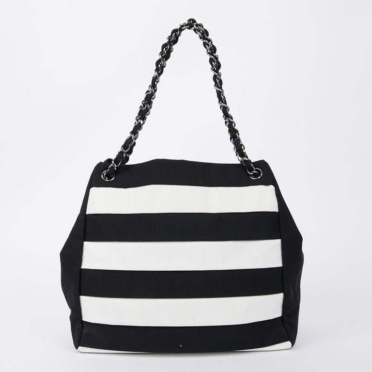 Chanel Black and White Two-Tone bag In Excellent Condition For Sale In Paris, FR