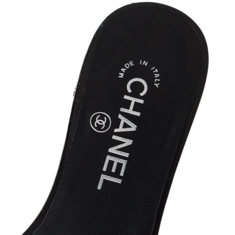 Chanel Black Coarse Glitter Fabric Camellia Embellished CC Flat Slides Size 37.5 For Sale 2