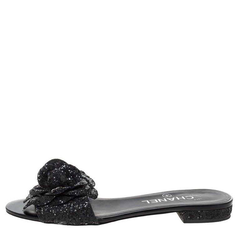 Chanel Black Coarse Glitter Fabric Camellia Embellished CC Flat Slides Size 37.5 For Sale 3