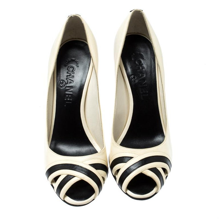 Chanel Black/Cream Leather Peep Toe Pumps Size 37 In Good Condition For Sale In Dubai, Al Qouz 2