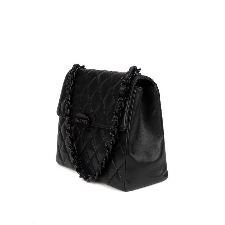 CHANEL.   Bag in black lambskin leather with flap. Closure and handle in 920 bakelite and black leather, burgundy leather interior.  Dimensions: 22 x 26 x 10 cm.  Very good vintage condition.