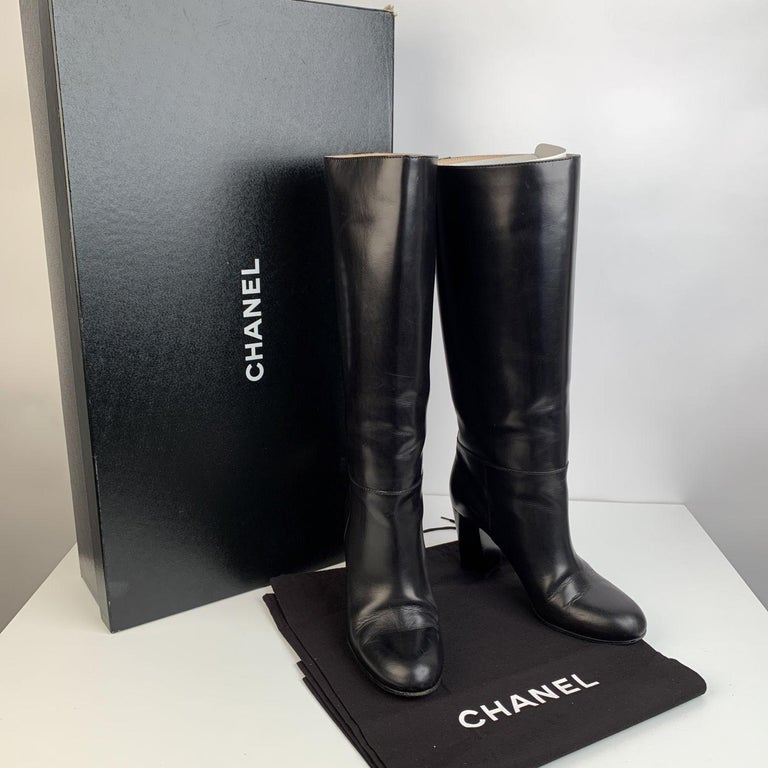 Chanel Knee high boots in black soft leather. Heels: 3.5 inches - 9 cm. Shaft height: 14 inches - 35,5. Calf circumference: 13 inches - 33 cm. Round toes. Pull on style. Small CC - CHANEL logo stitched on the exterior side. Size: 39 1/2 C (The size
