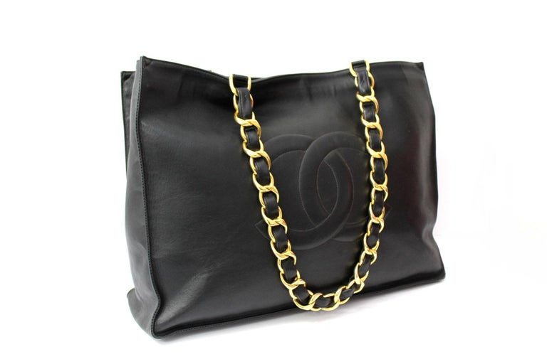 Chanel Vintage Shopper crafted in black leather with golden hardware. Equipped with double leather handle and chain, to wear it comfortably on the shoulder. Without closure, very large inside. It is in good condition.