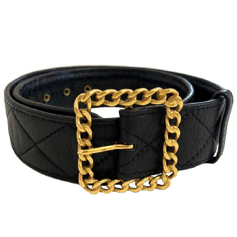 Black lambskin belt. The loop is square and chain-shaped. It is a vintage collection, from spring 1993. It is in very good condition. Folded folds are present on the interior leather. Its square chain buckle is in gilded metal and in very good