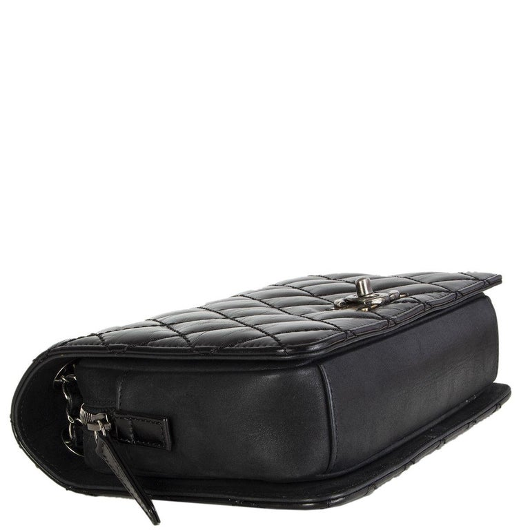CHANEL black quilted lambskin leather DAY TRIP FLAP Shoulder Bag In Excellent Condition In Zürich, CH
